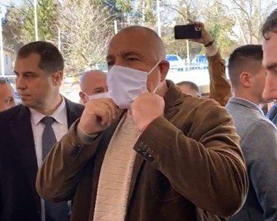 Знае ли Бойко Борисов как се слага маска? (видео)