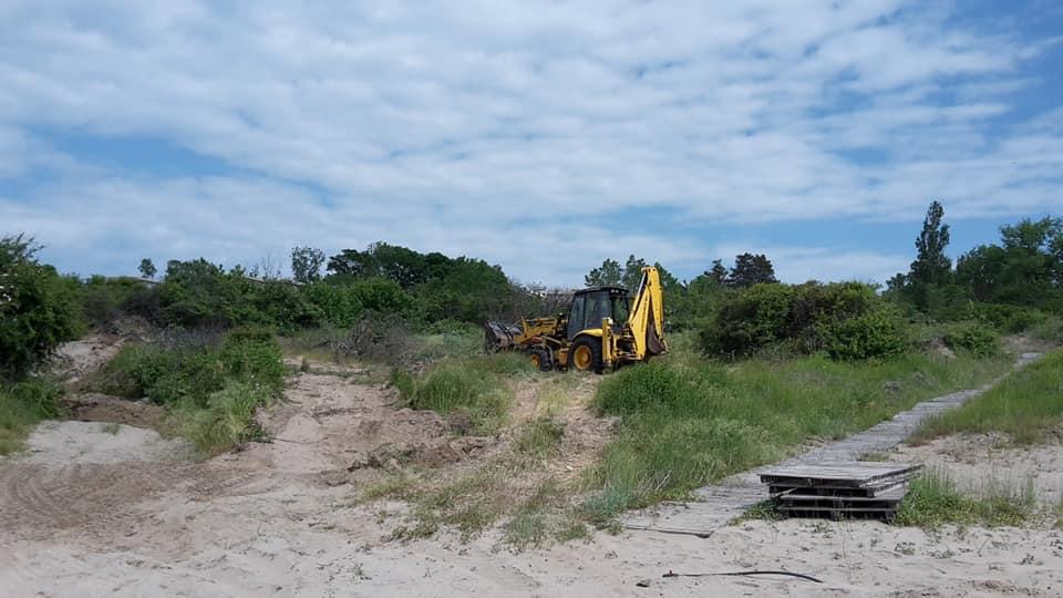 Багер подравнява дюни на централния плаж на Ахтопол, в защитена ...