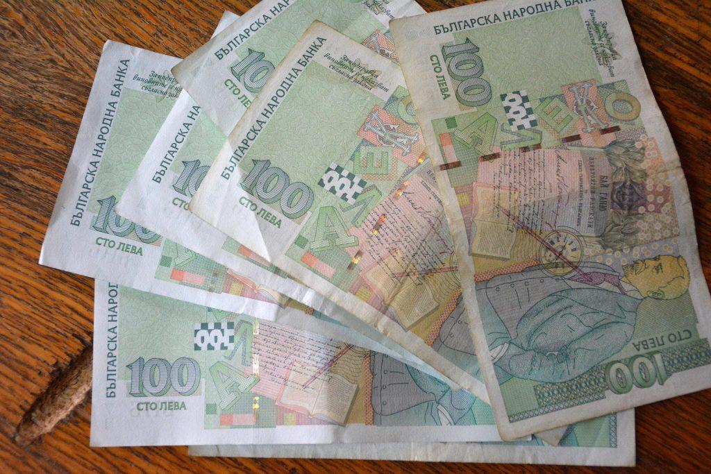 Високите депутатски заплати остават