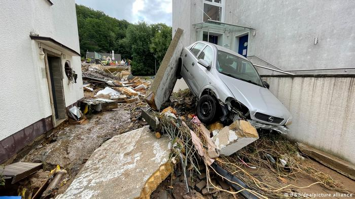 Мъж прави невъзможното да спаси други при наводнението в Австрия