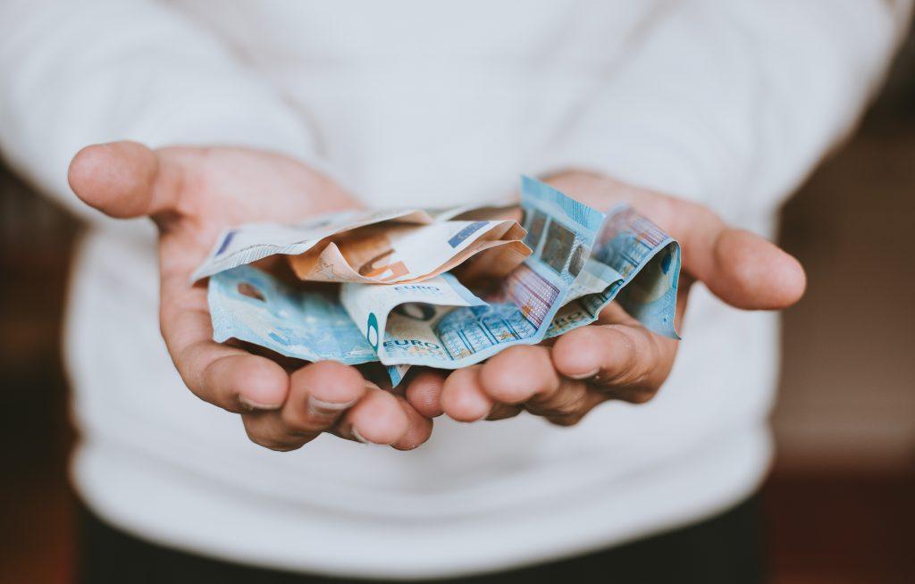 Жените все още не печелят толкова пари, колкото мъжете си, сочи глобално проучване