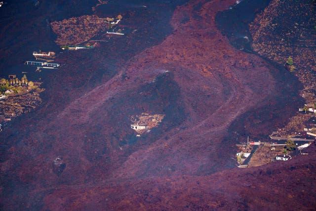 Къща на Канарските острови оцеля като по чудо срещу реки от лава