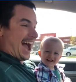 Вижте уникалната реакция на мъж, който разбира, че ще има тризнаци (видео)