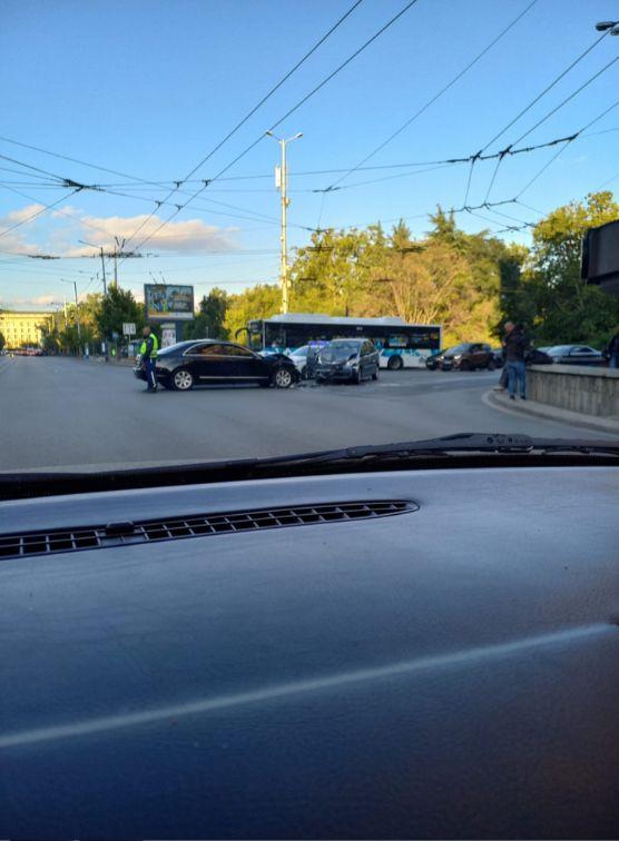 Кола на НСО катастрофира челно в центъра на София