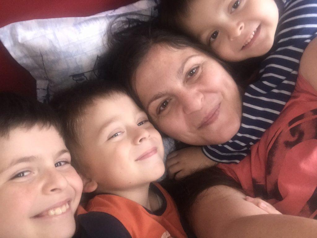 Майка на три деца се бори с тежки диагнози