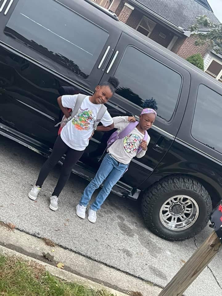 Баща превози 42 деца до училище с лимузината си заради съкращения на автобуси в града